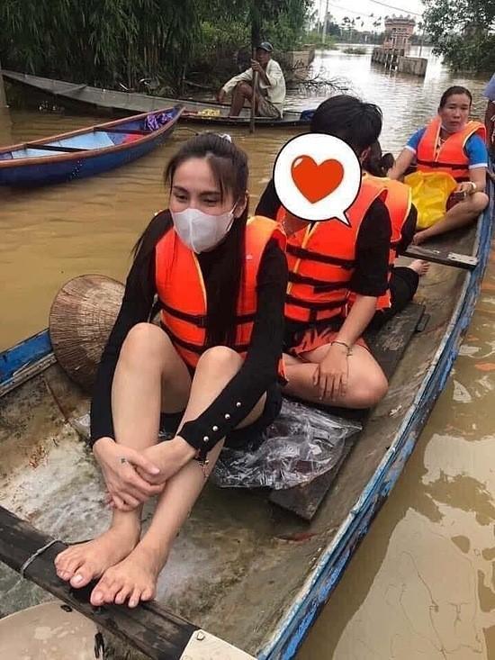 Thủy Tiên ngồi xuồng đi cứu trợ người dân Huế - Ngôi sao
